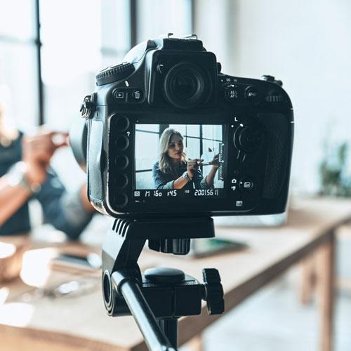 Influenceur se filmant pour faire une vidéo de sa marque de vêtements