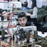 Ouvrier fabriquant un vêtement en Turquie