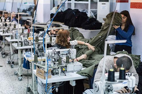 Usine de fabrication textile turque avec des ouvrières
