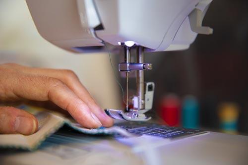 Poste de couture dans une usine de fournisseur textile en France