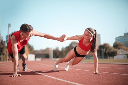 Equipe de cross avec un short et un débardeur de sport