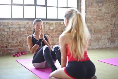 Deux femmes avec des vêtements sportwear et un legging