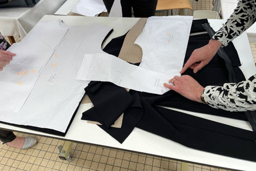 Patronage de vêtements effectué dans une usine textile en France