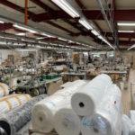 Réserve de rouleaux de tissus dans une usine de vêtements en France
